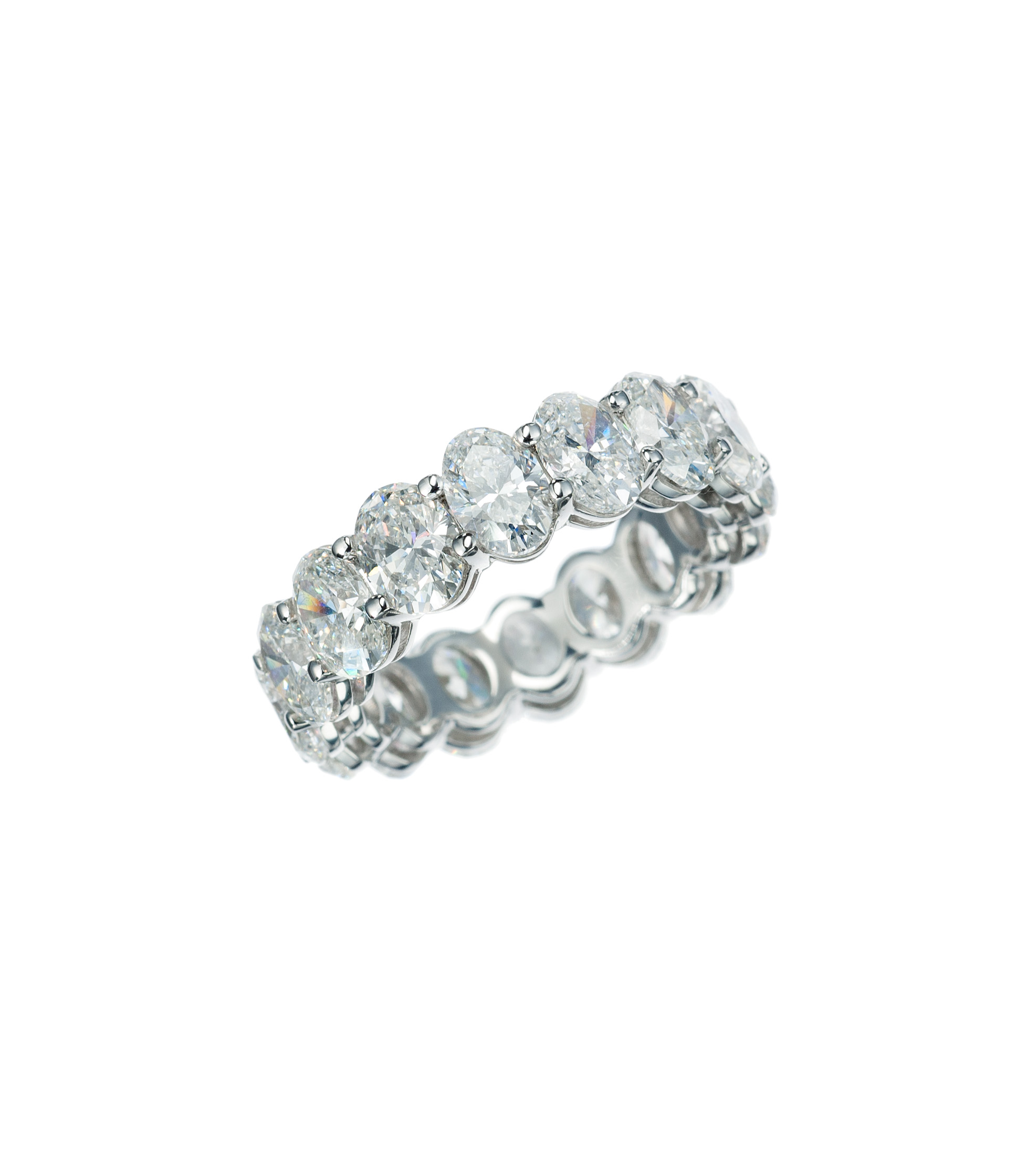 Oval-cut diamond eternity band